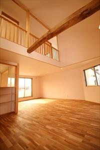 西原C棟 広々LDK 吹き抜け 床無垢材 壁珪藻土 階段収納 古材 見梁 天窓 トップライト 対面キッチン