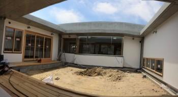 RC造 コンクリート平屋 フラット屋根 ログハウス コンクリート木造 体に優しい住宅 格子 玄関 中庭 デッキ