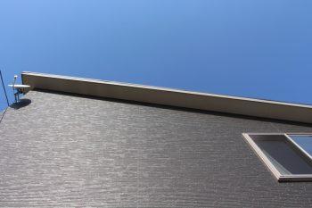 空 黒い外壁
